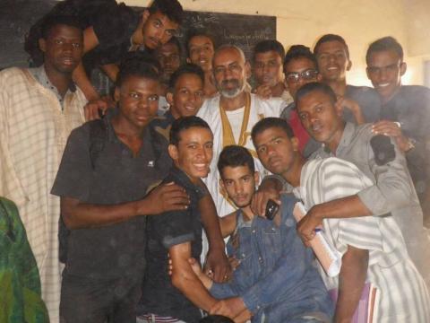 صورة لمدير الدروس محمد ولد حوه مع مجموعة من طلاب قسم باكولوريا شعبة الرياضيات في ثانوية ازويرات للسنة الماضية