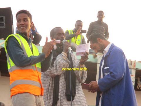 الشاعر اعبيد ملان في الوسط خلال مهرجان اليوم