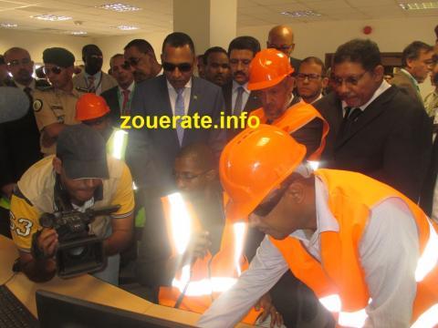 الوزير والمدعوون يتلقون شروحا في غرفة التحكم بالمصنع