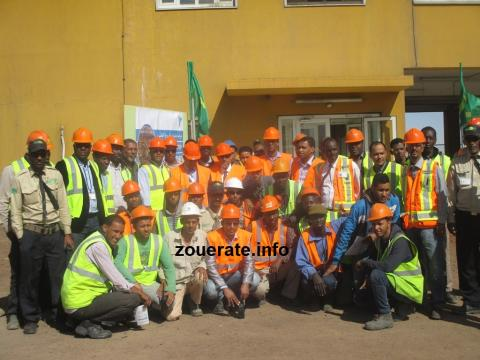 صورة جماعية لبعض أطر وعمال المصنع مع مديره محمد ولد اكريكد