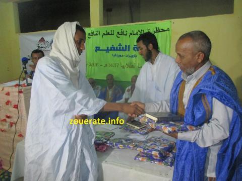 مدير ديوان الوالي أثناء تسليم الجائزة لأحد الحفاظ