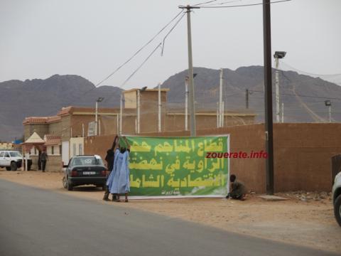 لافتات لبلدية ازويرات على طريق المطار الذي سيسلكه الرئيس