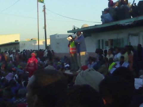 المندوب العمال كنمى دمبا على منصة المهرجان وفي يده رسالة المهندس أحمد دين