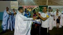 الوالي يسلم كأس البطولة لقائد فريق كنوال الفائز
