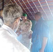 مبعوث الجيش أثناء تقديمه التعازي لأسرة القتيل في الحوض الغربي