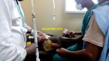 الطفل اثناء تلقيه العلاج الليلة في المستشفى الجهوي بازويرات