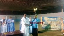 والي تيرس زمور المساعد خلال تسليمه كأس البطولة لقائد فريق تيرس الفائز