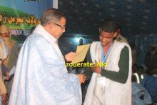 الوالي يسلم الجائزة للفائز الأول في مسابقة القرآن الكريم