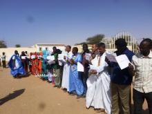 المعلمون في وقفة اجتجاجية أمام الولاية في ازويرات بداية شهر مارس الماضي-تصوير الأخبار